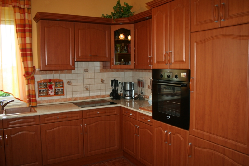 Cseresznye konyhabútor, vákumfóliázott ajtókkal