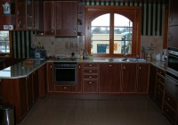 Alma színű konyhabútor, díszléces ajtókkal