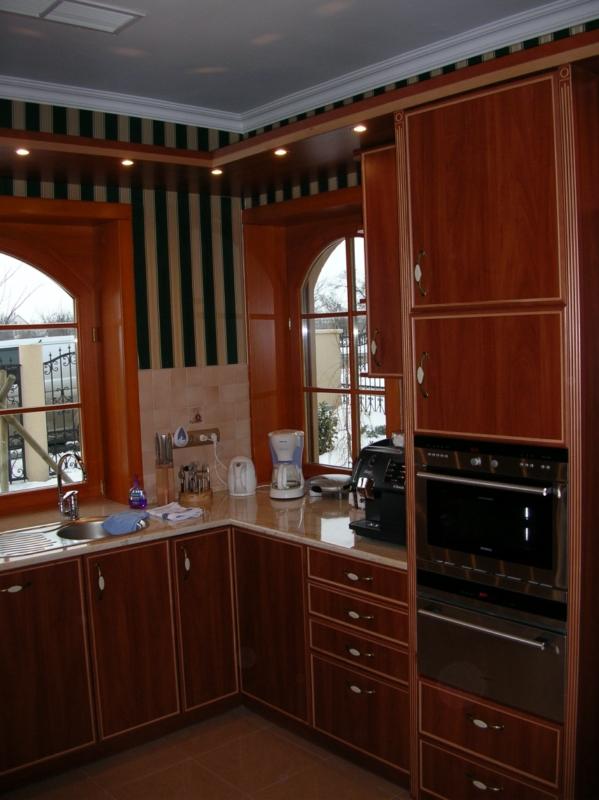 Egyedi, alma színű konyhabútor, díszléces ajtókkal