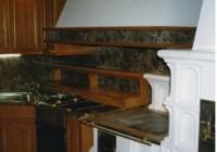 Rusztikus tölgy konyhabútor, egyedi elszívó kürtővel