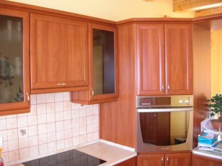 Alma színű konyhabútor, sarokszekrénybe épített sütővel
