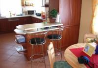 Alma színű konyhabútor, átadó pulttal