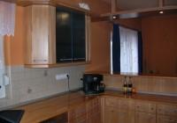 Bükk konyhabútor üvegajtós felső elemmel
