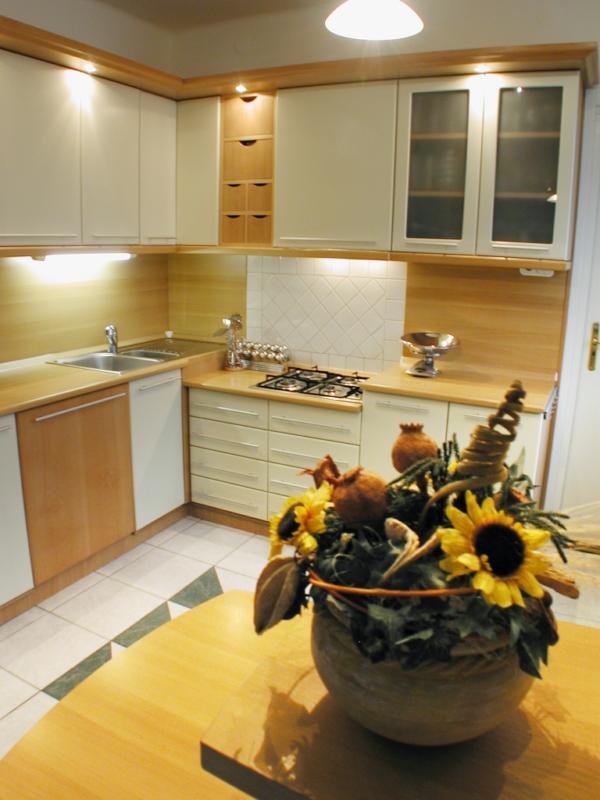 Bükk konyhabútor festett ajtókkal és vílágító párkányzattal