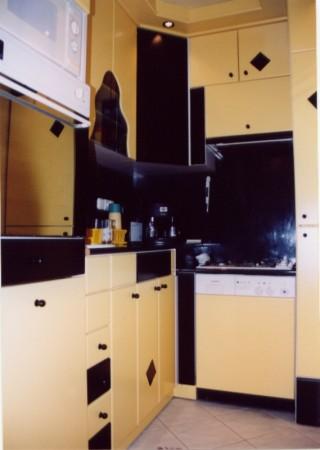 Festett konyha dekorborítású hátlappal
