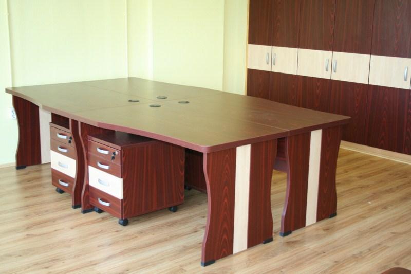 Egyedi asztalcsoport konténerekkel