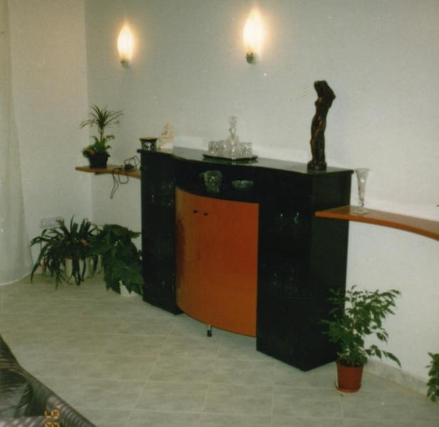 Nappali bútor, hajlított ajtókkal