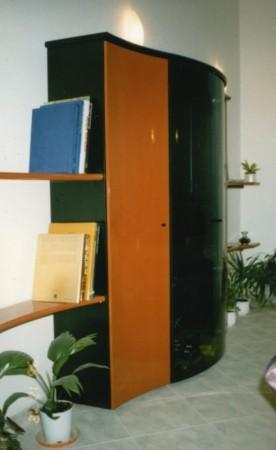 Nappali bútor, hajlított üvegajtókkal