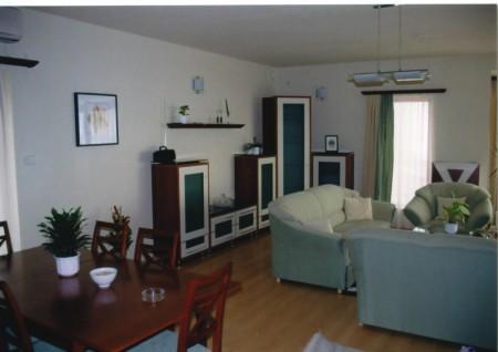 Minimál stílusú nappali, falipolccal és radiátorburkolattal