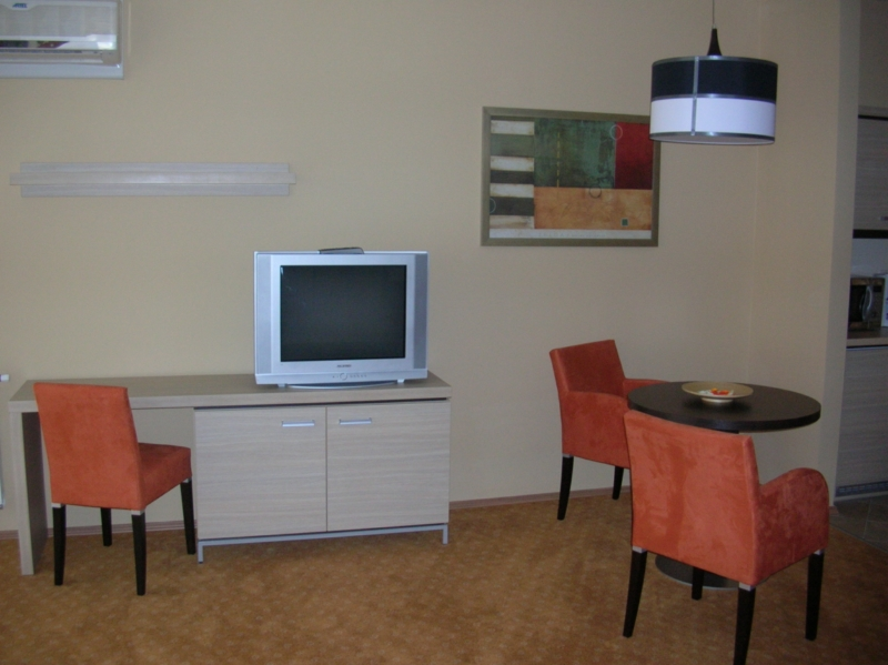 Íróasztallal kombinált TV-s szekrény