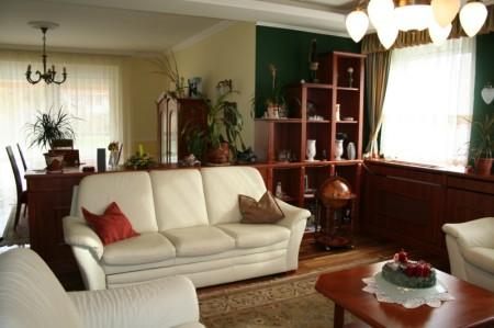 Elegáns nappali, lépcsőzetes polcokkal