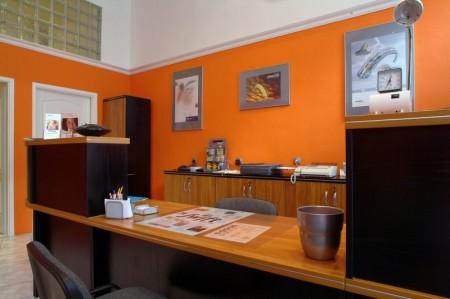 Santos recepció, cseresznye-fekete színben