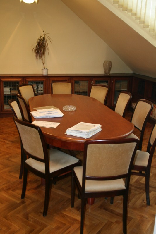 Ívelt tárgyalóasztal