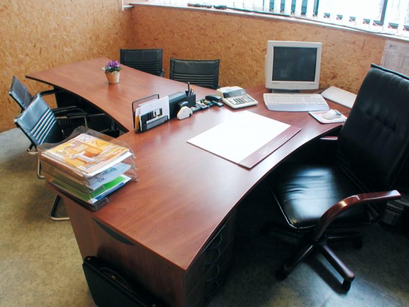 Ívelt vezetői asztalkombináció