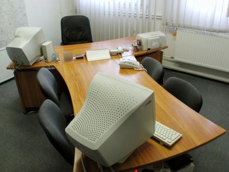 Ívelt vezetői asztal, kapcsolt tárgyalóval