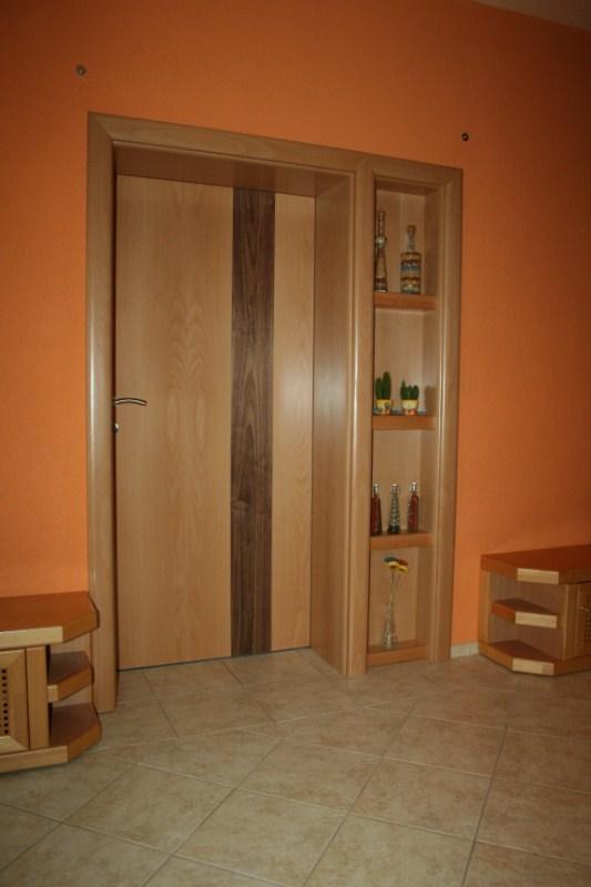 Furnérozott beltéri ajtó, nyitott polcokkal kombinálva