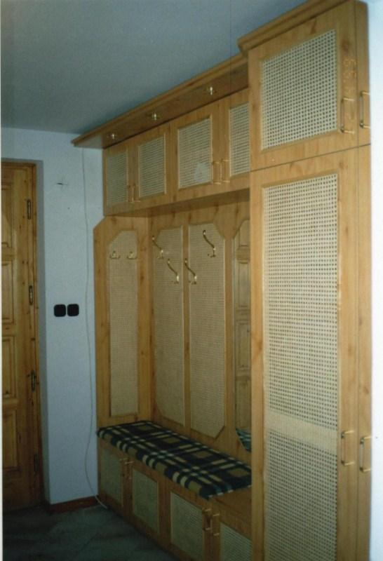 Fenyő előszoba nádszövet betétes ajtókkal