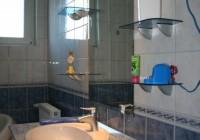Fürdőpult üvegpolcokkal, világító párkányzattal