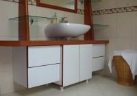 Függesztett mosdópult, üvegpolcokkal