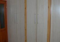 Beépített gardróbszekrény fenyő keretes ajtóval