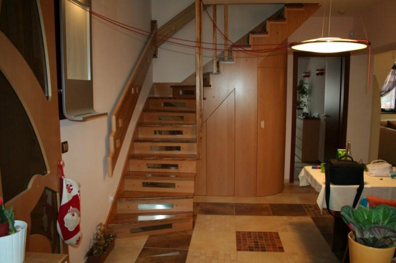Zebrano lépcső ívelt szekrénybeépítéssel